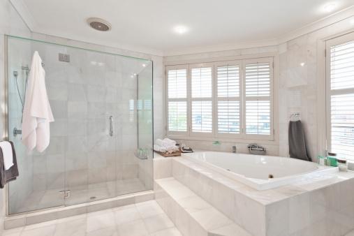 Iluminar bien el cuarto de baño | HomeByMe
